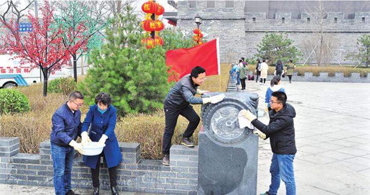 临汾:清洗街心公园  营造舒适人居环境