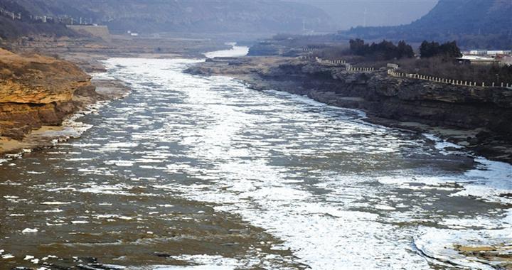 吉县黄河壶口瀑布现流凌冰挂景观