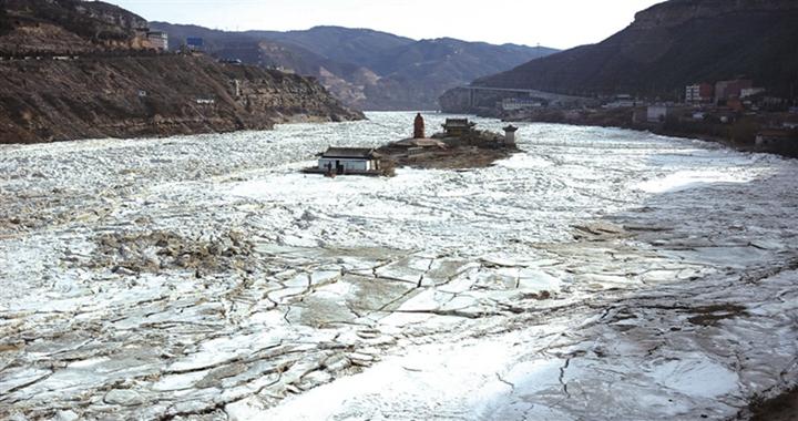 吉县壶口瀑布现封河奇观 长度超70公里