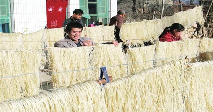 浮山:晶莹剔透的粉条映衬着农民丰收的喜悦