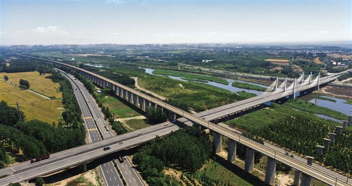 航拍镜头下的临汾高铁、桥梁以及高速公路交相呼应