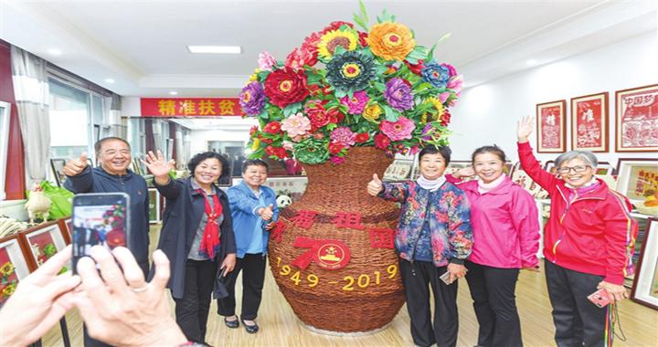 """临汾退休老干部和他的""""祝福祖国""""玉米皮草编作品"""