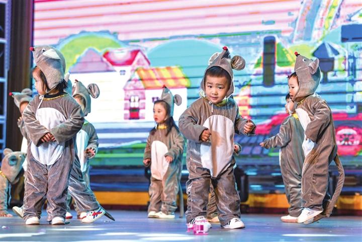 """临汾红黄蓝幼儿园举办主题为""""我们都是追梦人""""的晚会"""