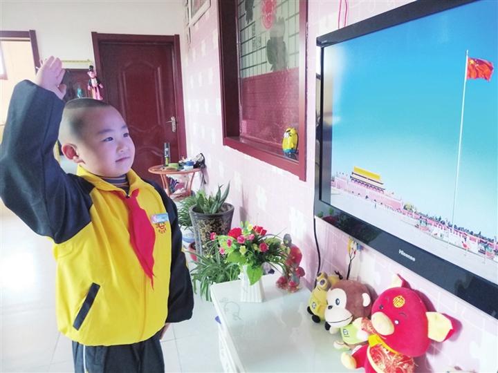临汾阳光教育集团举行特殊的网上升国旗仪式
