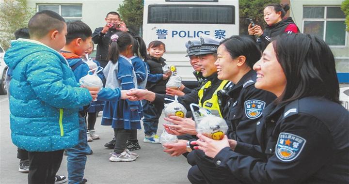 临汾尚智国学幼儿园:为民警送去暖暖的感动