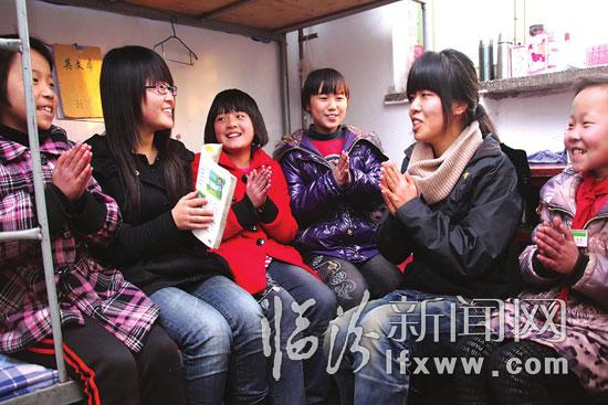 在山西大昌民工子弟学校宿舍内,青年志愿者给孩子们讲故事-临汾青