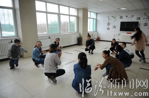 山西师范大学外国语学院的青年志愿者在英语情景剧中感受角色.-山